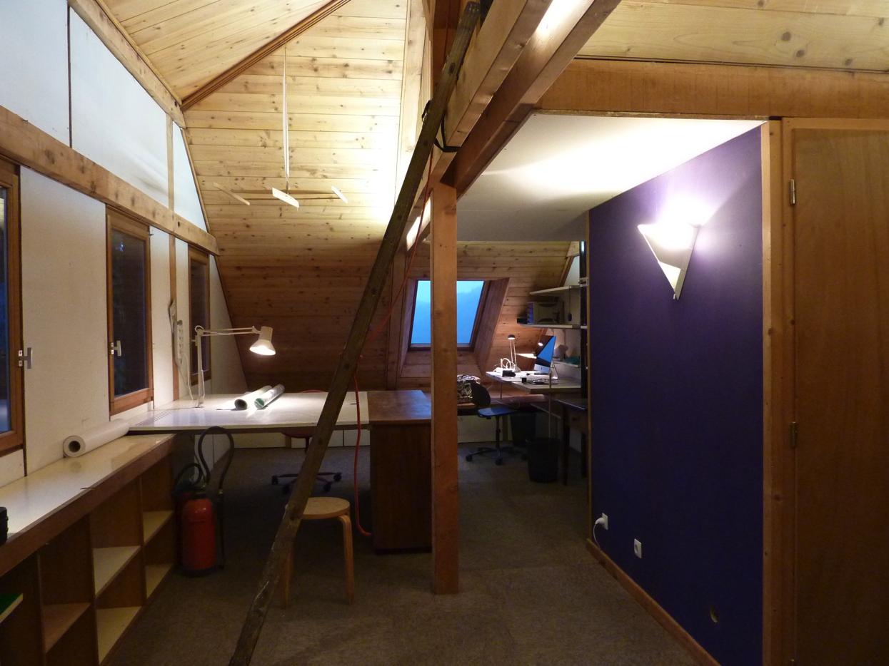 Table à dessin et bureau, espace de travail dans la maison d'architecte de Gérardmer.