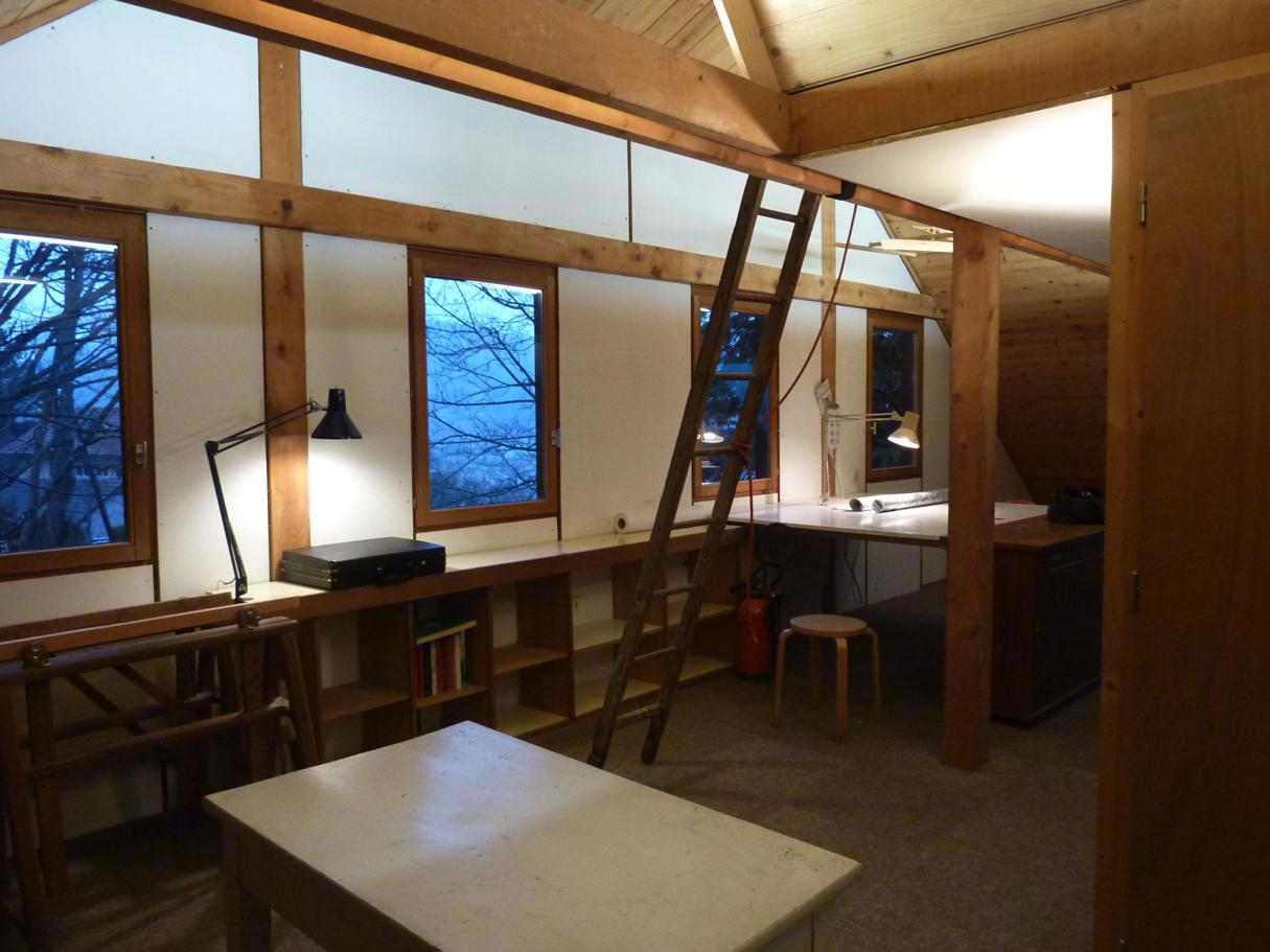 Table à dessin et étagères sur-mesure, espace de travail dans la maison d'architecte de Gérardmer.