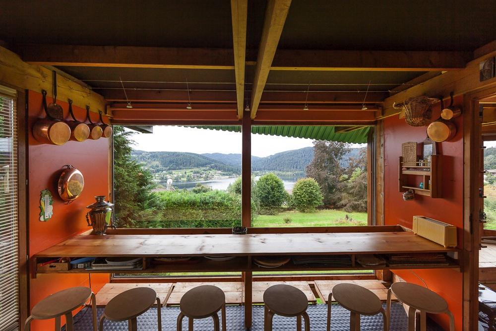 La table à petit déjeuner de la cuisine rénovée, qui fait face à une vue imprenable sur le lac de Gérardmer.